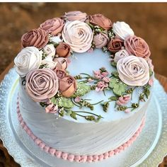 Lindo ❤️❤️ Por @ateliecake . . . . . #bolo #bolocomrosas #bolocomflores #confeiteira #cakedesigner #confeitariaemcasa #bolodecorado… Luxury Wedding Cake, Elegant Wedding Cakes, Unique Cakes, Creative Cakes, Beautiful Cakes, Amazing Cakes, Button Cake, Naked Cakes, Rosette Cake