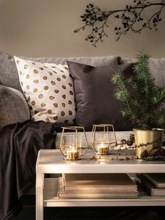 Bring the festive feeling home with some eye-catching yet aff ordable hints of gold. Let a polka-dot cushion and a few more decorations do the sparkling, while natural objects brought inside soften the feel. #myIKEA #IKEAswitzerland #IKEAaccessories #homedecor #interiorinspo #hintsofgold #livingroom #christmasdeco #SKÄGGÖRT #cushion #decorationideas #christmas #winter #cosylivingroom #Wohnzimmerideen #Weihnachtsdekoration #Winterdeko #Zuhause #einrichten #Gold