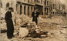 19380317 - Bomba Gran Via-Balmes - Barcelona : Una imatge del desenrunament dels efectes de la bomba caiguda del 17 de març a la cantonada Gran Via amb Balmes.