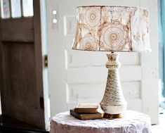 A way to recycle your damaged vintage lamp. Find an old, beat up lamp shade. Lay the doilies out in the dimensions of your lamp shade and sew. Doily Lamp, Cover Lampshade, Diy Lampshade, Lamp Cover, Lampshade Designs, Doilies Crafts, Lace Doilies, Crochet Doilies, Diy Tisch