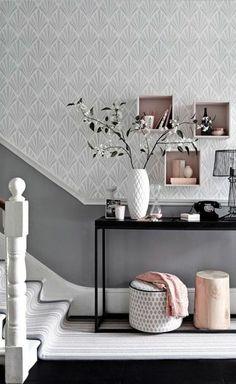 deco hall entree en blanc et rose avec une table noire en métal noir et en verre