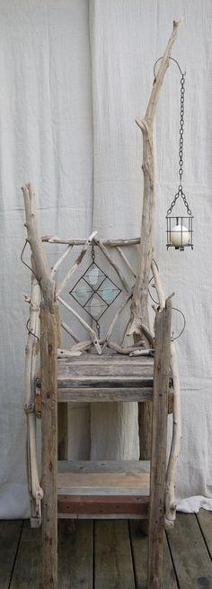 un trono di legni di mare e vetri di mare - Driftwood, sea glass and metal display cabinet,shelves