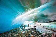 Patagonia argentina · Hielos australes  El Campo de Hielo Sur y los glaciares fueguinos abarcan una de las mayores áreas heladas del planeta. En la foto, la cueva del glaciar Alvear, a 26 km de Ushuaia.