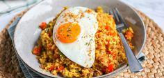 Nasi met bloemkoolrijst - Koolhydraatarm! - Lekker en Simpel Quick Healthy Meals, Healthy Dinner Recipes, Healthy Food, A Food, Good Food, Arroz Frito, Huevos Fritos, Atkins Recipes, Indonesian Food