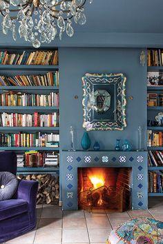 Amenajare în albastru cobalt și ceramică pictată manual Art Deco Furniture, Furniture Styles, Living In Denver, Home Libraries, Fireplace Mantle, Eclectic Decor, Modern, Design, Home Decor