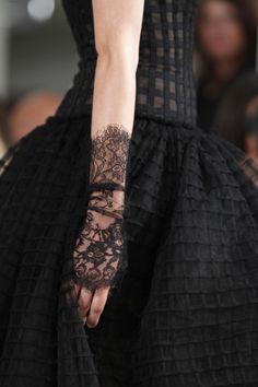 Oscar de la Renta spring 2014 - I'm ready for black lace gloves again. Fashion Moda, Runway Fashion, High Fashion, Womens Fashion, 1950s Fashion, Fashion Black, Couture Details, Fashion Details, Fashion Design