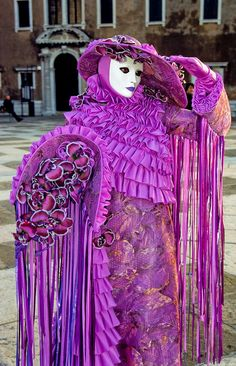 Carnival in Venice. How amazing is this outfit, I would like to go to this carnival sometime. Mardi Gras Carnival, Venetian Carnival Masks, Carnival Of Venice, Venetian Masquerade, Masquerade Ball, Masquerade Costumes, Venice Carnivale, Venice Mask, Costume Venitien