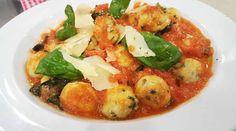 Malfatti de ricota y espinaca con salsa de tomates, ajo y albahaca