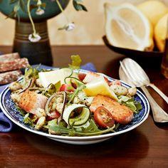Sitruunainen lohisalaatti on ruokaisa lounassalaatti.