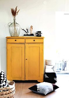 Join us and be inspired by the best selection of yellow interior design for you . Colorful Furniture, White Furniture, Shabby Chic Furniture, Vintage Furniture, Painted Furniture, Interior Design Living Room, Living Room Designs, Interior Decorating, Black And White Cushions
