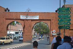 La medina de Marrakech Madina es el centro y el corazón histórico de la ciudad de Marrakech. Que abarca una superficie total de 600 hectáreas, es uno de los más grandes medinas de Marruecos y más poblada del norte de África. Su refinamiento y especificidad urbana resultado directo de la virginidad de la superficie total en la que fue construido en el siglo XI. Construido alrededor de un campamento militar, el Qasr El Hajar, y un mercado, http://www.medina-de-marrakech.com/es/
