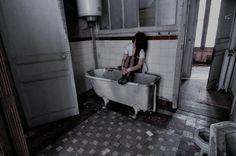 Wilkaza est un photographe français, passionné par les lieux en déperdition. #photo #bath #bain #scary #halloween #talent