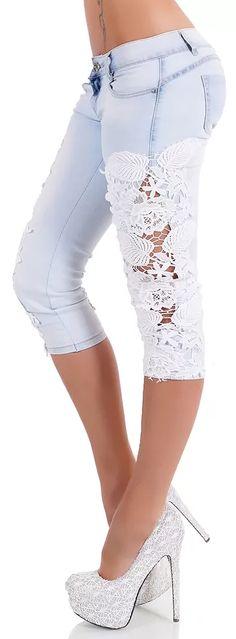 Extravagantnídívčí nebo dámské džíny vcapri délce. Capri Pants, Fashion, Moda, Capri Trousers, Fashion Styles, Fasion