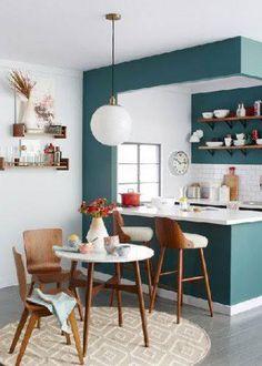 La cuisine blanche c'est design, chic et facile à vivre. L'aménager avec une peinture de couleur ne retire rien à son élégance. Une peinture grise, noir, bleu ou verte avec des meubles blanc, voici des idées pour mettre de la couleur sur les murs de votre cuisine blanche. Unecuisine blanche etpei
