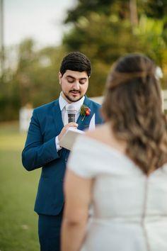 BEL ORNELAS - Noivo lendo seus votos na cerimônia / Casamento personalizado - Foto: Ana Slika