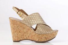 Sandalia grabada dorada con plataforma en corcho.
