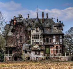 Haunted abandoned house Real Haunted Houses, Creepy Houses, Spooky House, Haunted Places, Ghost House, Old Abandoned Buildings, Abandoned Castles, Old Buildings, Abandoned Places