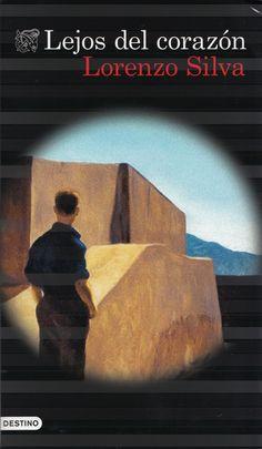 LEJOS DEL CORAZÓN (Lorenzo Silva). Un joven de 25 años, con antecedentes por delitos informáticos, desaparece en la zona del Campo de Gibraltar. Hay testigos que aseguran haber visto cómo un grupo de hombres lo abordaban en plena calle y lo metían a la fuerza en un coche.
