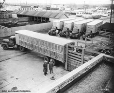 Old Livestock Trailers Farm Trucks, Big Rig Trucks, Semi Trucks, Old Trucks, Vintage Farm, Vintage Trucks, Livestock Trailers, Freight Truck, Old Building