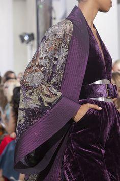 Elie Saab Couture Fall 2019 Fashion Show Details. Details of Elie Saab's Fall 2019 Couture runway show from Paris Haute Couture Paris, Elie Saab Couture, Haute Couture Style, Couture Mode, Couture Fashion, Fashion Week Paris, Fashion 2020, Runway Fashion, High Fashion