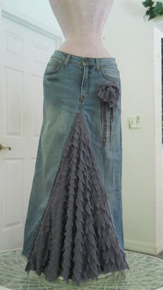 Belle Époque Lavande bohemian jean skirt lilac purple lavender wisteria ruffled silk ultra femme bohemian beach wedding mermaid - this i must do – Skirt so easy to make out of an old pair of jeans! Denim Vintage, Diy Clothing, Sewing Clothes, Recycled Clothing, Recycle Jeans, Upcycle, Look Fashion, Diy Fashion, Jeans Trend