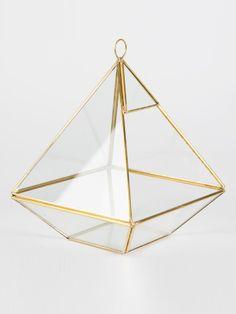Piramide geoblush oro.  Originale piramide in vetro da utilizzare con all'interno fiori o candele.  Misure: 21 x 16 x 15 cm. #matrimonio #wedding #decorazione #portacandela #oro #piramide #geoblush #party #ceremony #nozze #allestimenti #accessori