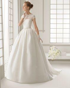 DAROCA vestido de novia en encaje pedrería y organza de seda con cola de organza de seda.