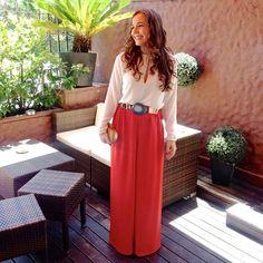 Beatriz con pantalones palazzo naranja, blusa blanca y cinturón metálico con ágata azul - Alquiler de vestidos y accesorios - Dresseos