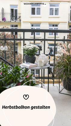 Wenn die Sommerblumen verblüht sind und die Tage kürzer werden, ist es höchste Zeit, Deinen Herbstbalkon zu gestalten. Wir geben Dir hilfreiche Tipps, welche Pflanzen sich dafür eignen und wie es auf Deinem Balkon auch im Herbst gemütlich wird. Gazebo, Outdoor Structures, Summer Flowers, Helpful Tips, Balcony, Decorating, Autumn, Plants, Homes