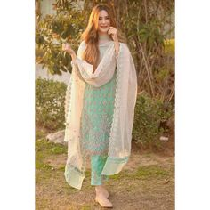 Stylish Dresses For Girls, Stylish Girl Images, Stylish Girl Pic, Simple Dresses, Designer Party Wear Dresses, Kurti Designs Party Wear, Indian Designer Outfits, Pakistani Formal Dresses, Pakistani Dress Design