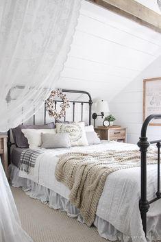 Vintage Farmhouse Bedroom Decorating Ideas 15