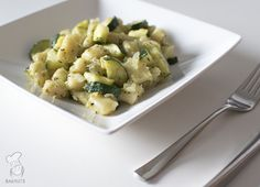 Gnocchi met courgette en pesto. Ook lekker met geroosterde pijnboompitjes. (Lees het recept via de bron!)