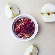 Uwierzcie mi, nie jedliście lepszego zdrowego śniadania bądź deseru, niż to. Pyszne! Jabłka przyśniły mi się dzisiaj, więc pierwsze, co zrobiłam rano, to nastawiłam piekarnik. A potem już samo poszło. Mniammniamniamniam. Jeśli szukacie nowego pomysłu na zdrowe fit śniadanie lub deser, to mam coś dla Was. Tak jak każdy mój przepis, jest banalny do wykonania …