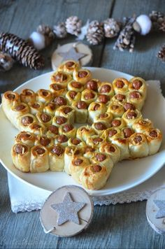 Rezepte The month of December begins and Christmas is just around the corner! It is therefore natural to start preparing and presenting small ideas fo. Christmas Party Food, Xmas Food, Christmas Brunch, Christmas Cooking, Christmas Treats, Christmas Star, Christmas Dinner Ideas Family, Christmas Finger Foods, Christmas Buffet