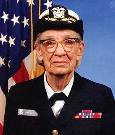"""Os pioneiros:Grace Murray Hopper.almirante da marinha norte-americana, heroína da Segunda Guerra Mundial e analista de sistemas habilidosa, que inventou o primeiro compilador, tipo de programa que transforma a linguagem usada pelo programador (códigos-fontes) em instruções de máquina (programa executável).Grace trabalhou no subcomitê que definiu os termos do COBOL, no Pentágono,tb cunhou o termo """"bug"""", como identificador para falhas nos códigos-fontes (faleceu em 1992, com 85…"""