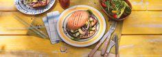 Burger können auch für Veganer zum echten Genuss werden. Das REWE Rezept überzeugt mit einer würzigen Kombination aus Räuchertofu und Avocado. Einfach lecker! »