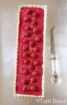 Tarte au curd de framboise et citron, framboises fraîches, sur pâte brisée aux amandes torréfiées - Raspberry Curd Tart
