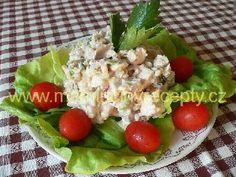Salát z grilovaného kuřete s ořechy