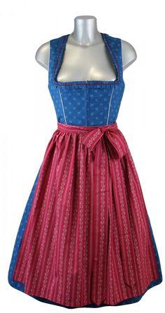 Dieses klassische Baumwoll Designer Dirndl Maria von Julia Trentini besticht durch seine traditionelle Verarbeitung und wunderschönen Farbgebung in blau und rot. Das wunderschöne Dirndl verzaubert uns durch die rote Borte mit Zackenlitzen am Ausschnittbereich. [Unser Preis: 449,00€]