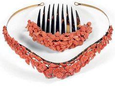 Diadème et peigne en corail à décor de fleurettes et fruits. Monture en métal doré pour le diadème et écaille pour le peigne. Dans son écrin garni de chagrin noir....