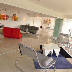 La mezcla de   piezas de reconocidos diseñadores, y el uso del controlado del color, en un ambiente monocromático, compone  la atmósfera casual del departamento.