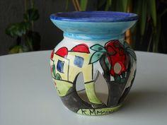 Brucia essenze in ceramica h 10,5 diametro cm 9 . Realizzato e decorato a mano.Pezzo unico