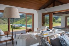 Tijolos, madeira e vidro em uma casa com vista para as montanhas