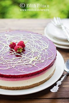 Cheesecake cu zmeura, un cheesecake la rece, rapid si racoros, cu blat de biscuiti si unt, crema de branza si jeleu de zmeura Romanian Desserts, Romanian Food, Edith's Kitchen, Baking Recipes, Cake Recipes, Raspberry Cheesecake, Raw Vegan Recipes, Mousse Cake, Food Cakes