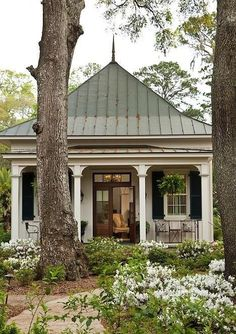 Remodel garage to look like an attached guest house. + Cottage with attached guest house remodel style homeline architecture savannah cottage architecture Tiny House Living, Cottage Living, Cottage Style, Cozy Cottage, Garden Cottage, Farm Cottage, White Cottage, French Cottage, Cottage Design