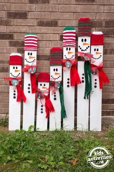 Kid-Sized Snowman Holiday Keepsake Looking for a fun, meaningful gift for your precious child this Christmas? This kid-sized snowman holiday keepsake is the PERFECT gift for any child! Outside Christmas Decorations, Christmas Wood Crafts, Pallet Christmas, Christmas Signs Wood, Christmas Projects, Holiday Crafts, Christmas Diy, Diy Xmas Decorations, Wooden Snowman Crafts