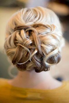 Fromthe gorgeousloose bun with side-swept bangs to theeffortlessly beautiful loose waves, these magnificent wedding hairstyles from Hair and Make-up by Steph are must-adds to your Pinterest inspiration board.See more of our favorites below. To see more gorgeouswedding hairstyleshere!