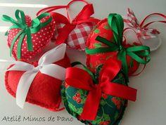 Corações confeccionados em tecidos com estampas natalinas e feltro vermelho e branco para serem usados como enfeites de árvore de Natal.  Ao comprar especifique quais os modelos desejados.  VALOR UNITÁRIO(cada ano muda as estampas)