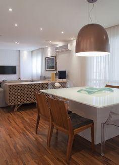 Ambientes claros e com detalhes coloridos. Veja mais: http://casadevalentina.com.br/projetos/detalhes/voltado-para-a-varanda-568 #decor #decoracao #interior #design #casa #home #house #idea #ideia #detalhes #details #style #estilo #color #cor #casadevalentina #diningroom #saladejantar