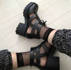 Best sneakers chunky outfit summer Ideas - ropa, vacaciones y más Pretty Shoes, Cute Shoes, Me Too Shoes, Sock Shoes, Sneaker Outfits, Fishnet Socks, Outfit Trends, Best Sneakers, Red Bottoms
